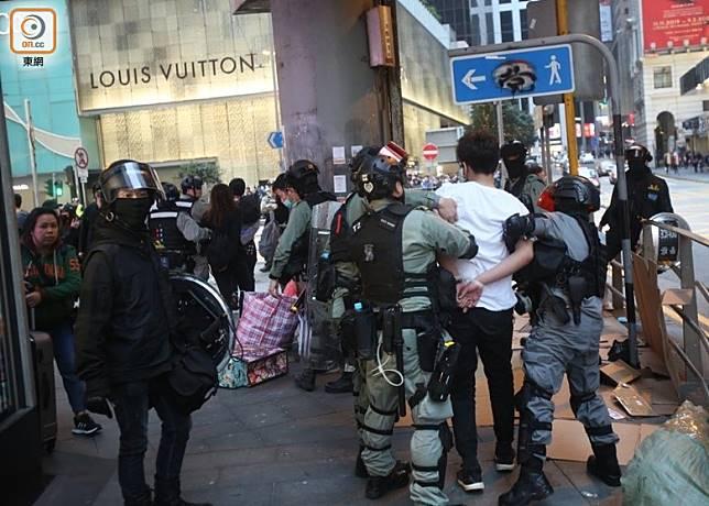 有示威者雙手被索帶綁上後,由警員帶走。(李華輝攝)