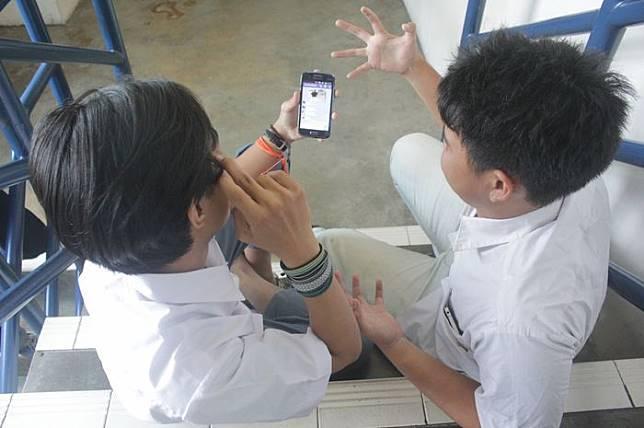 Anak SMA dan smartphone-nya.