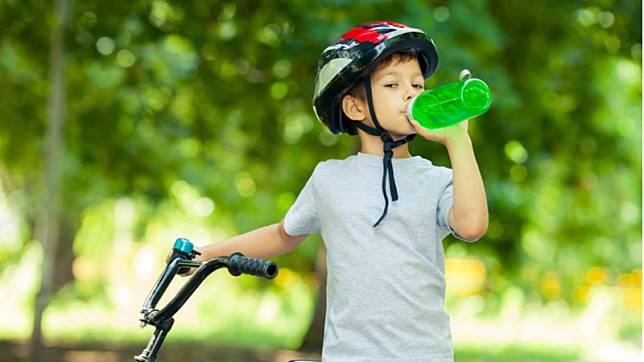 過量恐致命!美兒科醫學會呼籲:19歲以下別喝「這個」