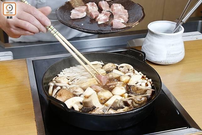 最後落肉類,先吃肉再吃菇菌,吸收醬汁精華的菇菌更香口惹味。 (郭凱敏攝)