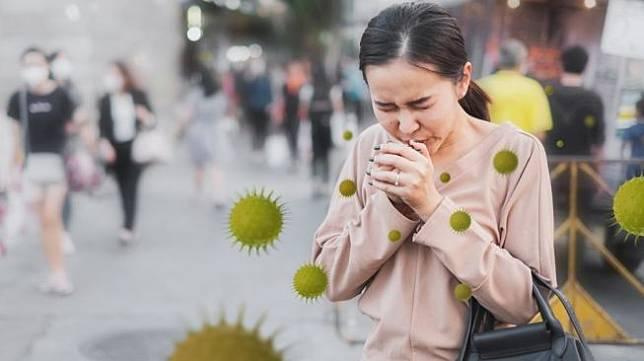 Ilustrasi Long Covid-19, flu panjang. [Shutterstock</figcaption></figure><p>Ratusan ribu orang itu mencakup pasien yang pernah tertular virus corona Covid-19 sebelumnya. Peneliti menemukan 42 persen orang yang memiliki kasus flu menderita gejala yang berkepanjangan.</p><p>Hal ini menyiratkan bahwa virus corona Covid-19 dan virus influenza memiliki kemampuan menyebabkan efek samping jangka panjang.</p><p>Meskipun, flu adalah penyakit pernapasan yang lebih ringan dibandingkan dengan virus corona Covid-19. Tapi, setiap orang yang menderita flu membutuhkan waktu yang berbeda untuk pulih.</p><p>Beberapa orang mungkin pulih dari flu lebih cepat dalam seminggu. Sementara lainnya mungkin mengalami periode gejala flu yang lebih lama untuk pulih.</p><p>Hal itu membuat mereka rentan terhadap malaise pasca-virus. Menurut para ahli, flu panjang mirip dengan Long Covid-19 yang bisa menyerang semua orang dengan masalah pemulihan lebih lama dibandingkan umumnya.</p><p>Long Covid-19 maupun flu panjang adalah masalah kesehatan yang tidak hanya membutuhkan perhatian, tetapi cukup mengganggu kesehatan vital.</p><p>Meskipun kita sudah tahu konsekuensi dari infeksi virus corona dan Long Covid-19, gejala flu yang melemahkan dan berkepanjangan juga bisa memberi efek serupa.</p><p>Bukti anekdotal telah mengungkapkan bahwa Long Covid-19 dan flu panjang menyebabkan gejala yang sangat mirip, termasuk kecemasan, sesak napas, kabut otak, batuk dan demam terus menerus.</p>                                 </div>                                                                  <div class=