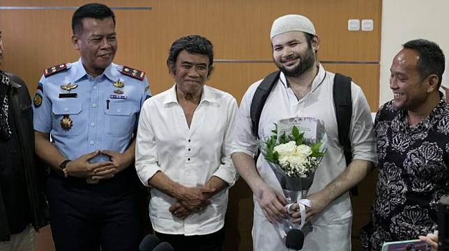 Aktor sekaligus penyanyi Ridho Rhoma didampingi ayahnya Rhoma Irama ketika keluar dari Rutan Salemba, Jakarta Pusat, Rabu (08/01). [Suara.com/Alfian Winanto