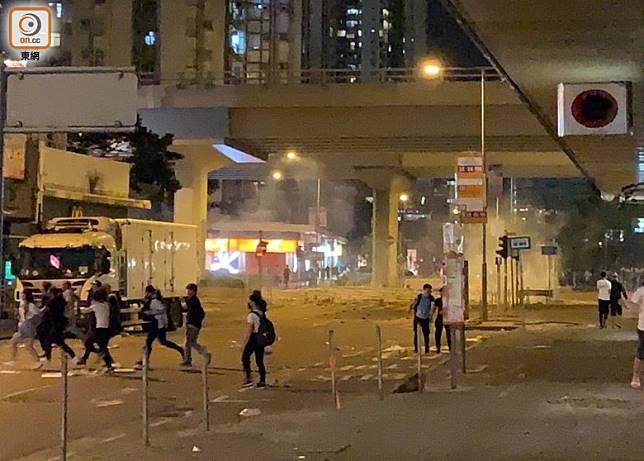 警方在西灣河施放催淚煙,示威者散開。(高詩敏攝)