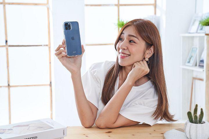 追求 iPhone 12 系列新色,手機殼就要透亮。