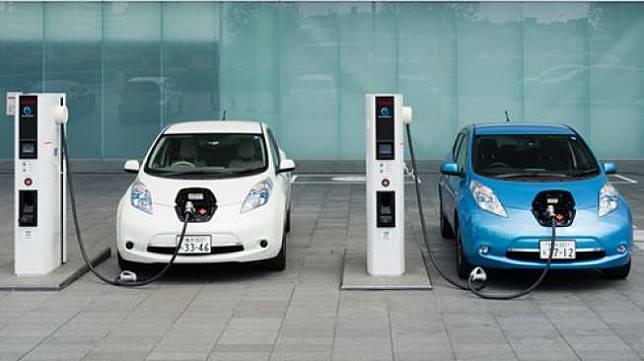 Dua unit Nissan LEAF sedang mengisi ulang baterai [Shutterstock].