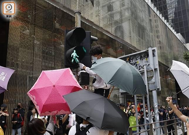 示威者打爛交通燈。(黃偉邦攝)