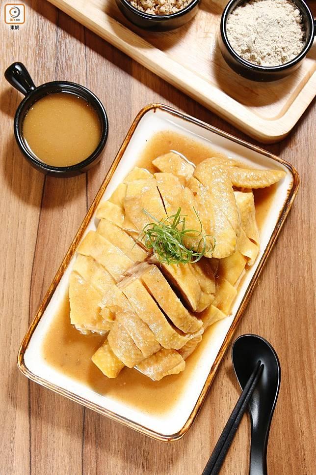 皮脆肉嫩的雞肉吃時蘸以自家製的沙薑醬,有增鮮提香的作用。(郭凱敏攝)