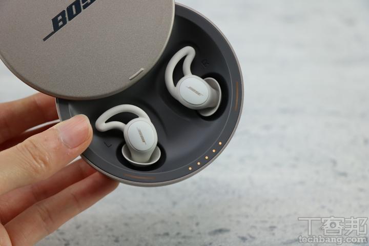 開蓋方式與前一代相同,藉由上滑來開啟,推開後一眼便能看見擺放其中的遮噪耳塞,邊緣亦配置了五顆 LED 指示燈,一顆代表 20% 電量,燈色十分溫潤,頗具科技感。