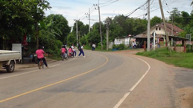 ผู้ใหญ่ใน จ.อุดรธานี ตื่นหรือยัง!! ผู้ปกครอง วอนหน่วยงานที่เกี่ยวข้อง เพิ่มความปลอดภัยทางถนนหน้าโรงเรียน หลังนร.หญิงวัย 8 ปี รร.บ้านโนนสว่าง ต.จำปาโมง อ.บ้านผือ ถูกรถชนเสียชีวิตหน้าโรงเรียน