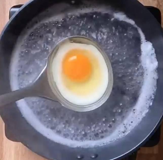 隔熱水煮雞蛋,蛋白開始變色後,浸熱水至蛋白全熟。 (互聯網)