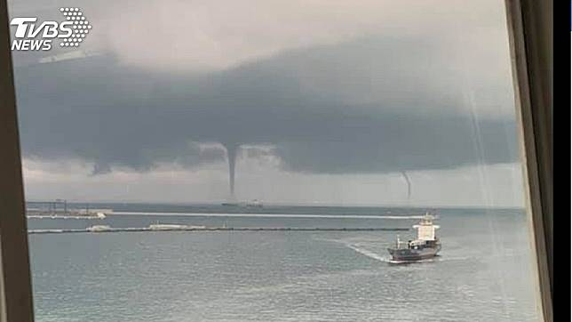 高雄外海出現雙水龍捲奇特景象。圖/台灣颱風論壇|天氣特急 授權提供