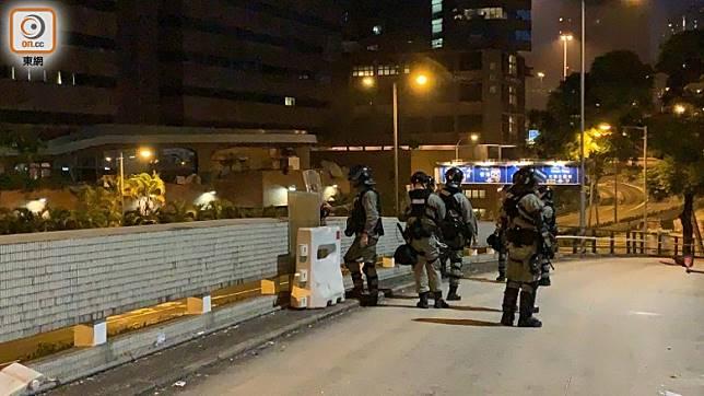 防暴警在紅磡站平台監視,防止示威者逃走。