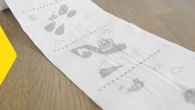 廁紙上面的卡通印得非常生動、清晰。(影片截圖)