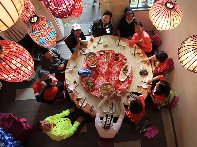 老爺鐵騎環島的一站來到新竹品嚐新埔客家菜,裝飾著客家大花布的餐廳,料理出鹹香油亮的道地客家菜,是台灣必吃的菜系之一。