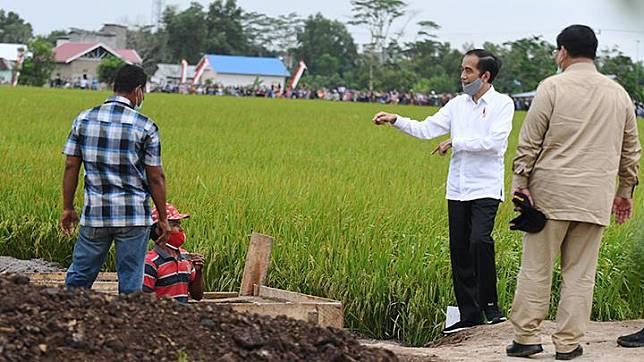 Presiden Joko Widodo (kedua kanan) didampingi Menteri Pertahanan Prabowo Subianto (kanan) meninjau lahan yang akan dijadikan