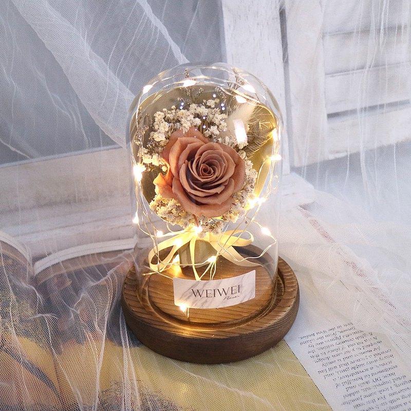 嚴選日本進口永生玫瑰製作 放在LED玻璃罩內觀賞期約1-2年,CP值非常高的花禮 還可以在玻璃罩上客製文字~是不是非常特別?