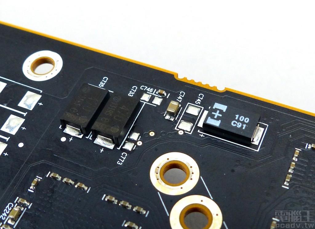 電路板並無圓柱形的電解電容或是固態電容,取而代之的是大量 Panasonic 導電性高分子鉭固態電容 POSCAP、導電性高分子鋁電解電容 SP-Cap、積層陶瓷電容 MLCC。
