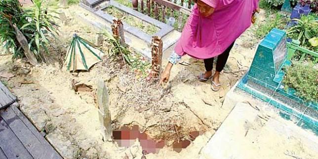 Makam Yang Mengeluarkan Darah Di Kalimantan (Foto: Kaltim Post)