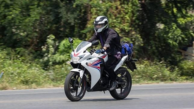 Menggeber motor jenis sport di jalan raya Chiangmai, Thailand. Sebagai ilustrasi [Shutterstock].