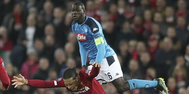 Defender Napoli Kalidou Koulibaly berduel udara dengan bek Liverpool, Virgil Van Dijk. (c) AP Photo