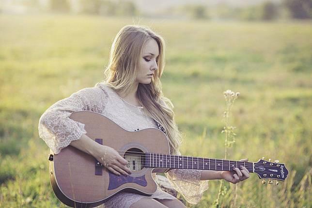 Ilustrasi seorang gadis bermain gitar (Sumber : pixabay.com/langll)