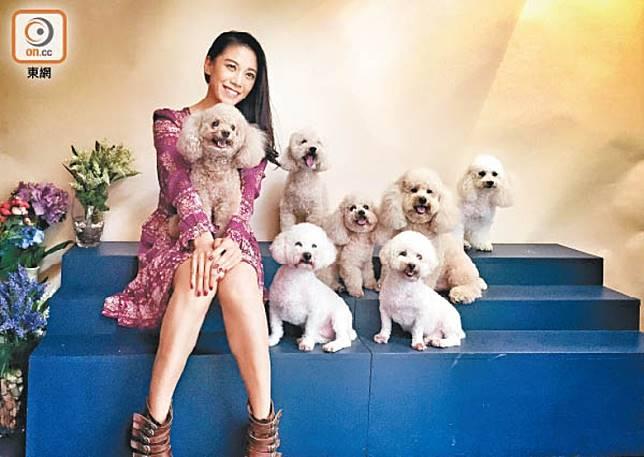 廖碧兒會餵年紀較大嘅愛犬食維他命C,增強體抗力。