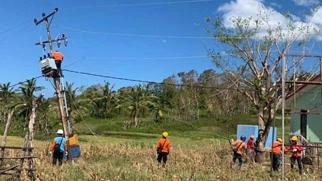 Petugas PLN sedang perbaiki jaringan listrik di Pulau Sabu, NTT usai Badai.