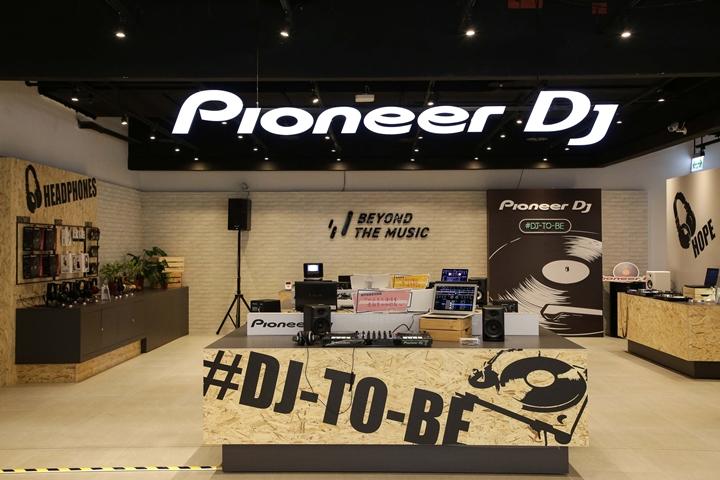 想當 DJ 不是夢!Pioneer DJ 在台上市入門款 DJ 控制器 DDJ-200,售價 5,500 元