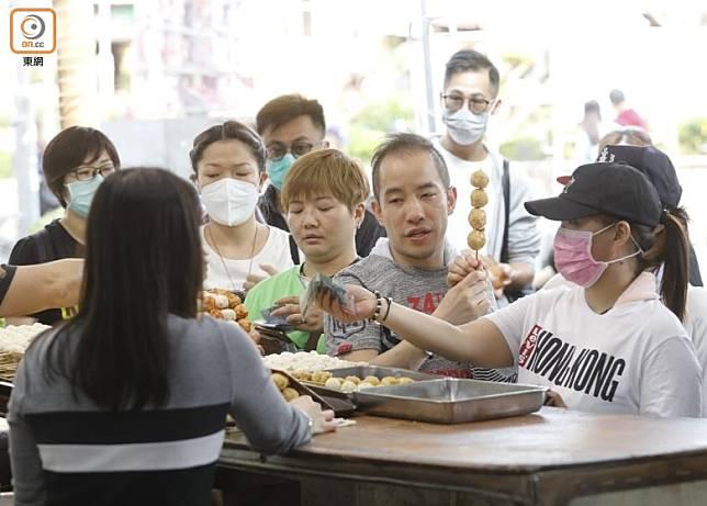 長洲的特色小食店大排長龍。(袁志豪攝)