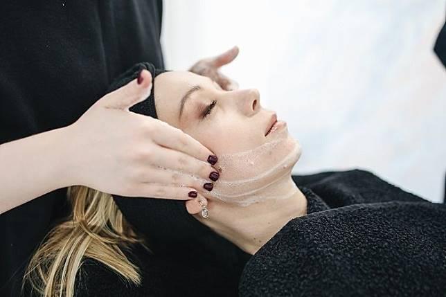 Cara menghilangkan bintik-bintik hitam di wajah.*