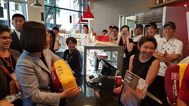 ▲總統蔡英文出訪過境美國,順道拜訪 85°C 咖啡店,卻使 85°C 被打成台獨企業。(圖/翻攝自立委蔡適應臉書)