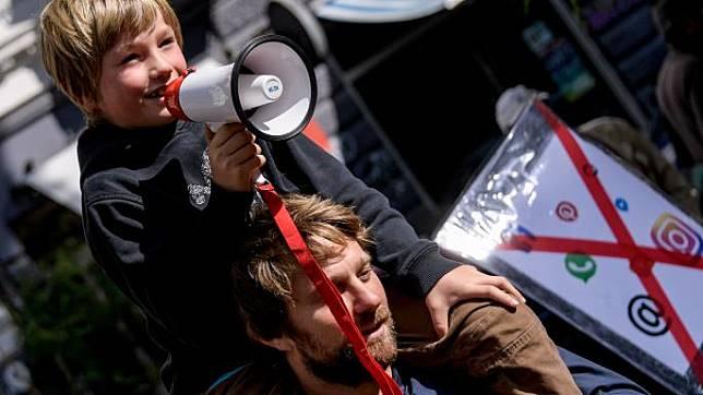 สุดจริงๆ เด็กเยอรมนี กว่า 150 คนเดินขบวนประท้วง พ่อแม่สนใจแต่มือถือ