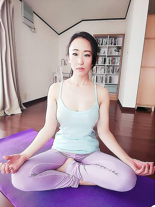 為咗Keep住副靚偈,最近森螢愛上做瑜伽,佢更喜歡自拍每個唔同嘅運動Look。(互聯網)