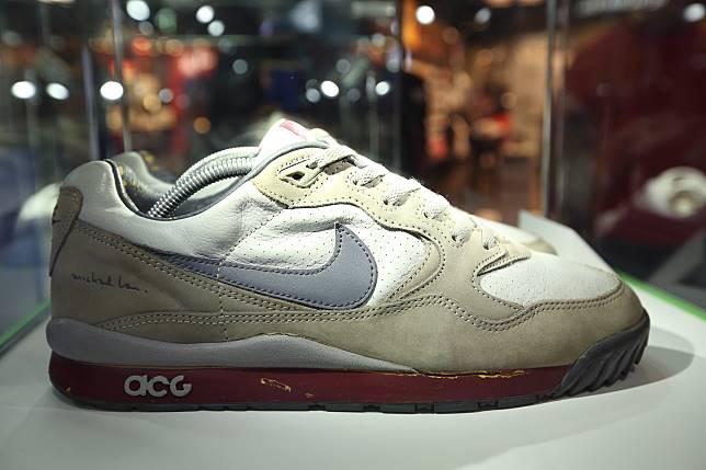 早在2003年,由日本設計師 Tatsushi Kagaya 和美國設計師 Alyasha Owerka-Moore 聯合創辦的香港時尚品牌 Fiberops已找Michael Lau聯乘合作,製作了這款全球限量60對的波鞋。