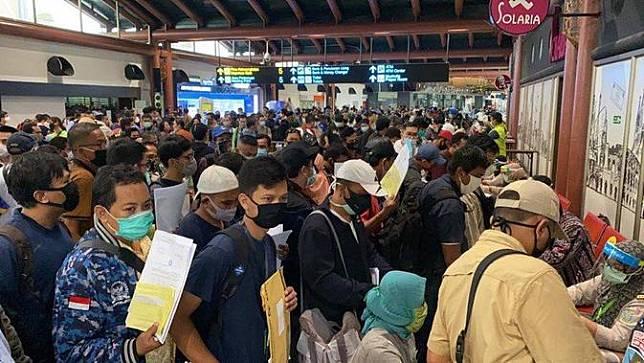 Abaikan Physical Distancing, Ratusan Calon Penumpang Menumpuk di Terminal 2 Bandara Soetta