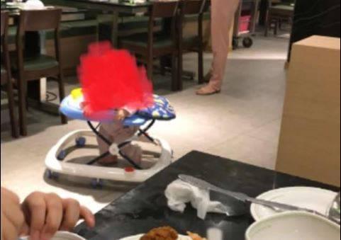 จวกยับ! พ่อแม่ปล่อยลูกใส่รถหัดเดินเล่น ในร้านอาหารห้างดัง