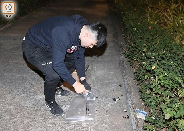 警方檢走懷疑玻璃碎片調查。(余宏基攝)