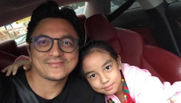 Engku Emran merupakan seorang duda yang telah bercerai tiga tahun lalu. Bella dikabarkan telah bertemu dengan putri Emran yang berusia delapan tahun. Instagram.com/@Iamkumbre