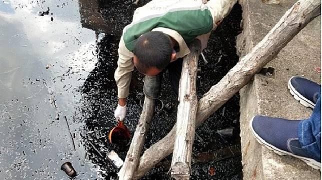 Petugas mengambil contoh minyak hitam yang mencemari Perairan Pulau Belakangpadang, Minggu, 17 November 2019. (ANTARA/HO-Dok Camat Belakangpadang)