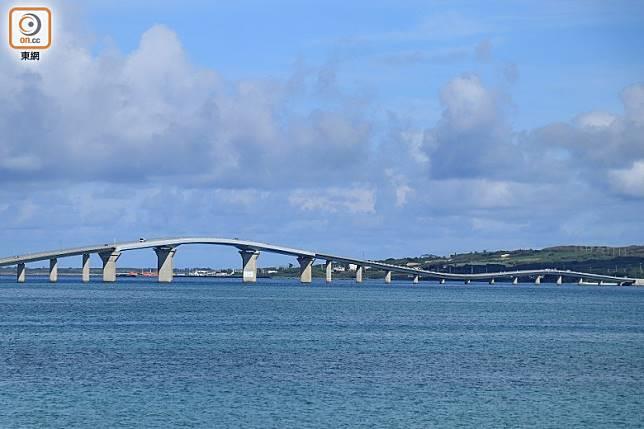 伊良部島橋端一方可以到橋底通往馬路另一邊,順道可欣賞宮古道的迷人藍色!(李家俊攝)