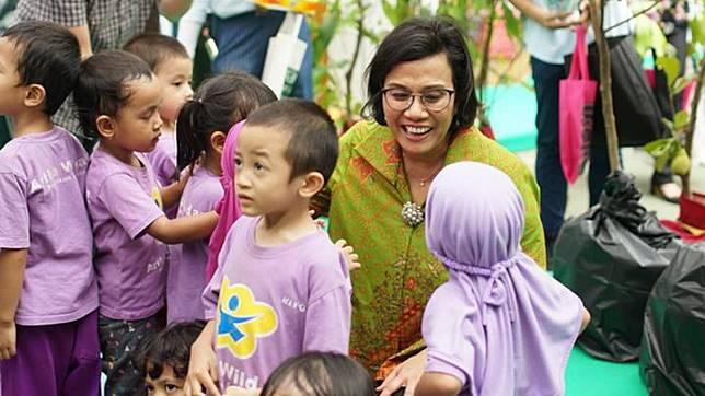 Menteri Keuangan Sri Mulyani Indrawati bermain dengan anak-anak sekolah dasar dalam peluncuran Badan Pengelola Dana Lingkungan Hidup di Kementerian Koordinator Bidang Perekonomian, Jakarta, Rabu, 9 Oktober 2019. Tempo/Hendartyo Hanggi