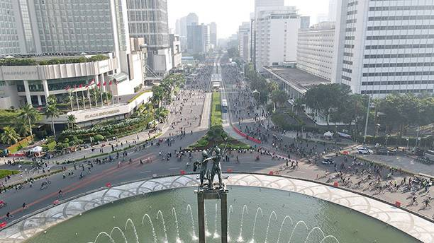 Good to be back: Jakartans take to the streets around the Hotel Indonesia traffic circle to exercise during Car Free Day (CFD). After having been suspended since March 15 amid the COVID-19 pandemic, the Jakarta administration resumed CFD along Jl. Sudirman and Jl. MH Thamrin with strict health protocols in place during the transition phase of the large-scale social restrictions (PSBB).