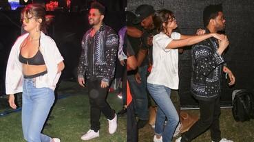 甜到不行!賽琳娜穿性感內衣現身 Coachella 音樂節 與威肯穿情侶鞋搭配大放閃!