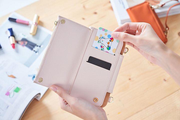 另一層的概念更像皮包,除了也提供 2 個卡片夾層外,還有拉鍊袋可以將硬幣分開收納。
