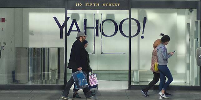Warga melintas di depan kantor Yahoo (Shutterstock.com)