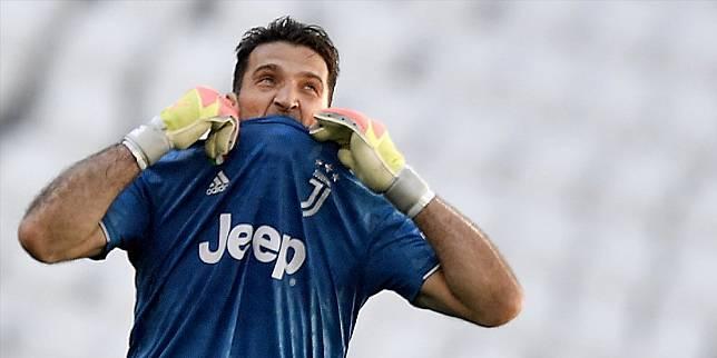 Gianluigi Buffon saat memecahkan rekor penampilan terbanyak di Serie A pada laga kontra Torino, Sabtu (4/7/2020) (c) AP Photo