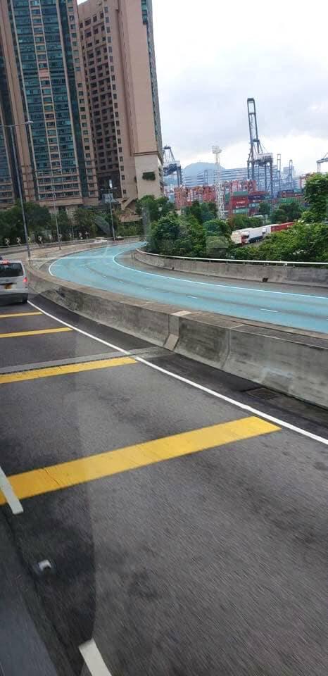 青衣馬路染青藍色,多輛途徑汽車沾上色。WeCar圖片