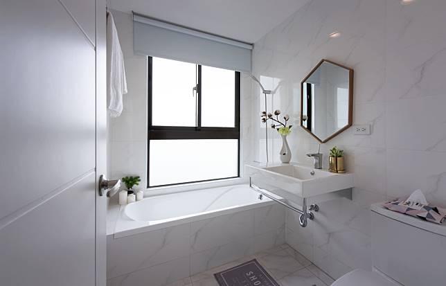 1. 幾乎純白的浴室