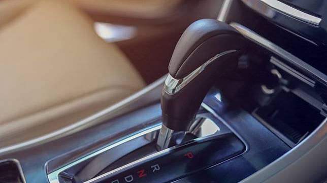 Tuas pemindah gigi pada mobil bertransmisi matik. Sebagai ilustrasi [Shutterstock].