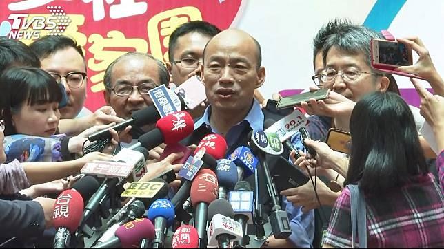 韓國瑜在議會上怒批環保局副局長謝汀嵩抖腳,但其實醫學上抖腳對身體有益。圖/TVBS